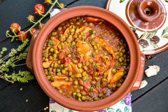 鸡汤用豌豆和蕃茄 库存照片