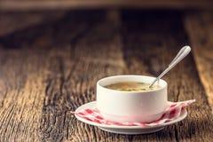 鸡汤 牛肉汤 去骨汤用在白色碗的面条红萝卜和荷兰芹 图库摄影