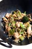 鸡油炸物混乱蔬菜铁锅 免版税库存照片
