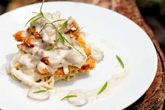 鸡油煎了与菜和蘑菇在一个乳脂状的调味汁wi 库存图片