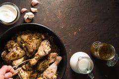 鸡油煎的片断在煎锅、酸性稀奶油和牛奶的 印第安食物 库存图片