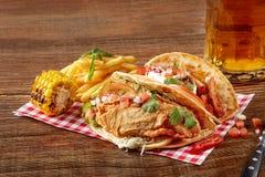 鸡法加它用烤葱和甜椒和服务用面粉玉米粉薄烙饼、玉米烤的和炸薯条  免版税图库摄影
