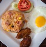 鸡炒饭,油煎的蕃茄。 免版税图库摄影
