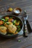 鸡炸肉排和新鲜蔬菜沙拉 免版税库存照片