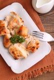 鸡烘烤了用在一块白色板材的香料 免版税库存照片