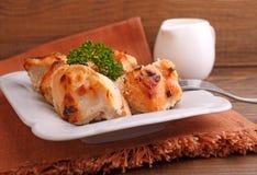 鸡烘烤了用在一块白色板材的香料 免版税库存图片