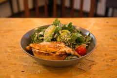 鸡烤了在一块板材的沙拉用柠檬和菜 库存图片