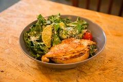 鸡烤了在一块板材的沙拉用柠檬和菜 免版税库存照片