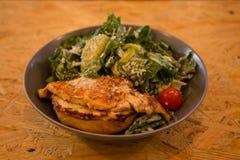 鸡烤了在一块板材的沙拉用柠檬和菜 免版税库存图片