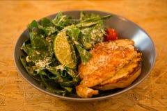 鸡烤了在一块板材的沙拉用柠檬和菜 库存照片