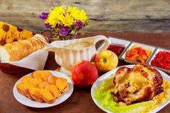 鸡烤了 感恩桌服务与,装饰的明亮的秋叶和蜡烛 E 库存照片