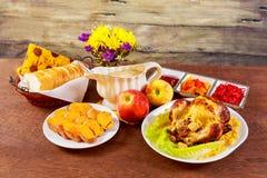 鸡烤了 感恩桌服务与,装饰的明亮的秋叶和蜡烛 E 库存图片