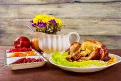 鸡烤了 感恩桌服务与,装饰的明亮的秋叶和蜡烛 E 免版税库存照片