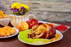 鸡烤了 感恩桌服务与,装饰的明亮的秋叶和蜡烛 E 免版税库存图片