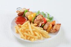鸡烤肉串用炸薯条 库存图片