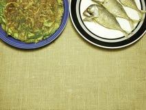 鸡煎蛋卷用地方草本和泰国鲭鱼在板材油煎了 免版税库存照片