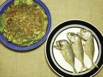 鸡煎蛋卷用地方草本和泰国鲭鱼在板材油煎了 免版税库存图片