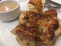 鸡牛排用土豆泥和蘑菇酱油 免版税图库摄影