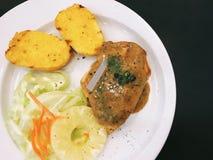 鸡牛排用蒜味面包和沙拉 库存照片