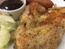 鸡牛排用香肠和沙拉和辣调味汁 免版税库存图片