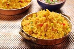鸡用印度大米在不锈的平底锅油煎了 库存图片