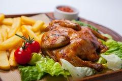 鸡用土豆和其他菜在平底锅 免版税库存照片