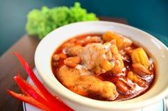 鸡用在咖喱粉的土豆 库存图片