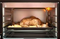 鸡用在烤箱的土豆 为烘烤做准备 库存图片