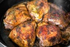 在煎锅的鸡 库存图片