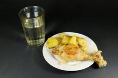 鸡用晚餐的土豆 库存照片