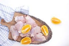 鸡用桔子未加工在一张木板和白色桌 一顿可口内容丰富的晚餐的准备 顶视图 图库摄影