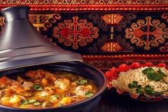 鸡用盐味的柠檬,橄榄传统摩洛哥tajine  免版税库存照片