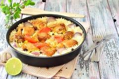 鸡用米和菜在煎锅香料 库存图片