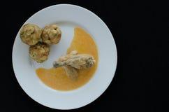 鸡用饺子和辣椒粉调味汁 免版税图库摄影