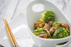 鸡硬花甘蓝豆和糖荚豌豆在碗 免版税图库摄影