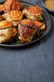 鸡编结与葡萄柚切片和香料在灰色bac中 库存照片