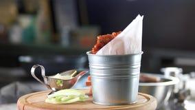 鸡翼、菜和调味汁 股票视频