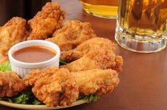 鸡翼和啤酒 免版税库存照片