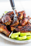 鸡翼用蜂蜜姜调味汁 库存图片