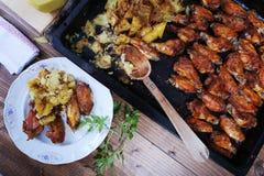 鸡翼用被烘烤的土豆 免版税库存照片