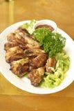 鸡翼用西红柿酱和沙拉 免版税图库摄影