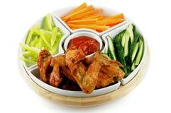 鸡翼盛肉盘和蔬菜 免版税库存图片