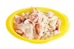 鸡翼,准备为油煎,烤,放置在一个大黄色碗隔绝了白色背景 一个水平的框架 库存照片