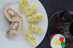 鸡肉卷用茶和松饼 免版税库存图片