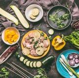 鸡肉和菜串烤在厨房用桌背景的准备与鸡片断和菜 免版税图库摄影