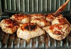 鸡肉在一个电格栅被烹调 免版税库存照片