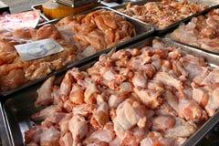鸡肉在市场上 库存图片