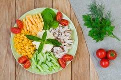 鸡肉沙拉,乳酪,黄瓜,在一块板材的玉米在woode 免版税图库摄影