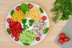 鸡肉沙拉,乳酪,黄瓜,在一块板材的玉米在woode 免版税库存图片