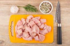 鸡肉片断在切板,莳萝,大蒜,香料的 免版税库存照片